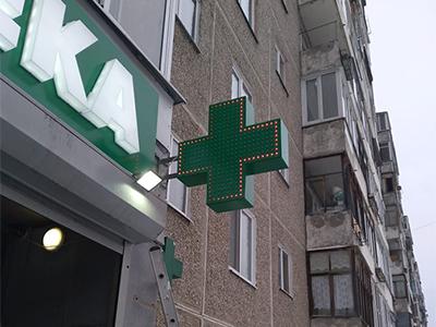 Аптечный крест на фасаде